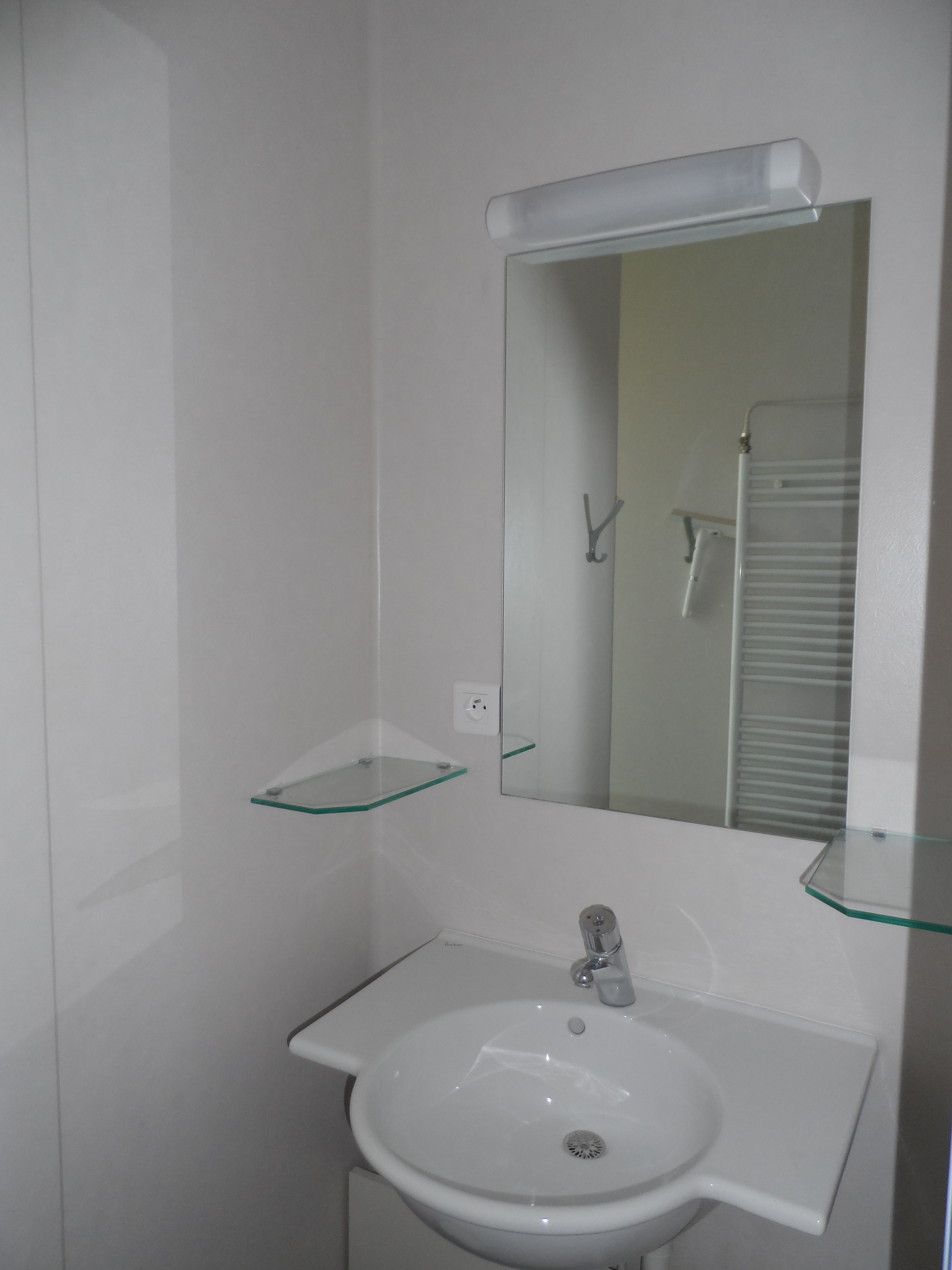 shower-room-youth-hotel-le-mans