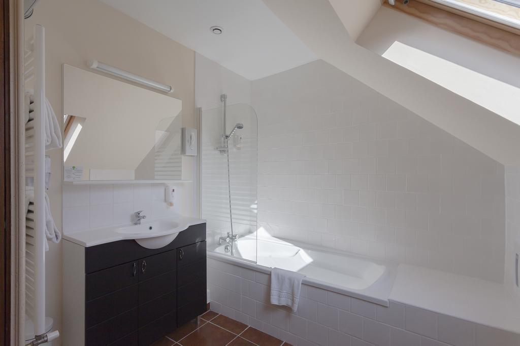 bathroom-hotel