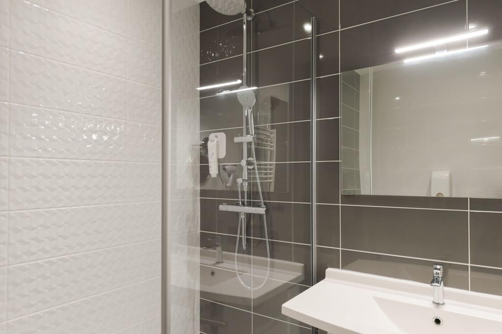 shower-room-hotel-le-mans