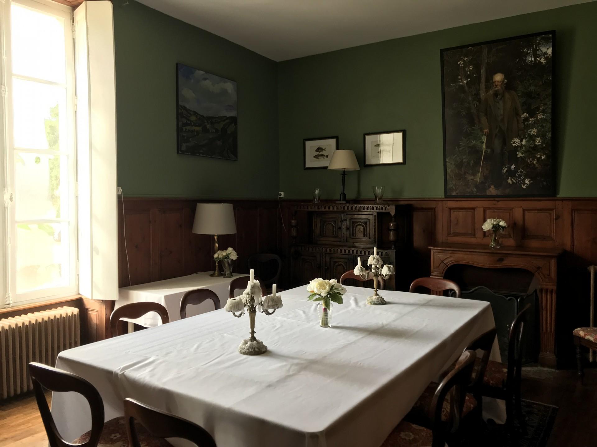 dinningroom_guestshouse_24h_lemans_castel